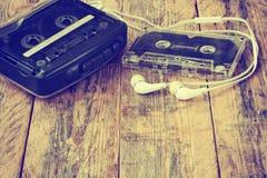 老卡式磁带播放机、卡型盒式录音机和耳机 免版税库存照片
