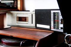老卡式磁带播放机和收音机 库存图片