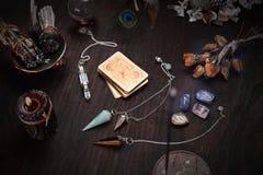 老卡片组占卜和摆锤的 免版税图库摄影