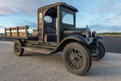 老卡车侧视图有木床的 免版税库存照片