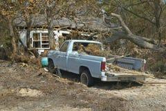 老卡车和残骸在房子前面由飓风伊冯沉重撞了在彭萨科拉佛罗里达 库存图片
