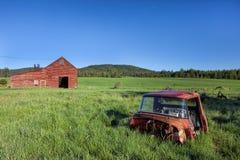 老卡车和谷仓 免版税图库摄影