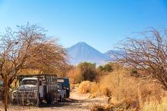 老卡车在圣佩德罗火山de阿塔卡马 库存图片