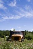 老卡车在草甸 免版税图库摄影