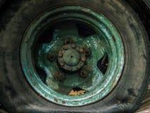 老卡车平的轮胎  缺点 库存图片