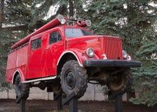 老卡车红颜色,以前使用为灭火,在柱子并肩作战象纪念碑 免版税库存照片