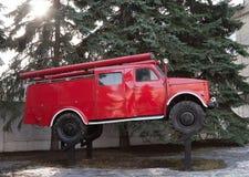 老卡车红颜色,以前使用为灭火,在柱子并肩作战象纪念碑 免版税库存图片