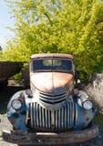 老卡车被放弃的生锈的美国自动废品旧货栈 免版税图库摄影