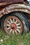 老卡车轮子特写镜头  免版税库存图片