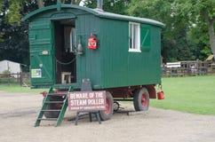 老卫兵支架使用与蒸汽路辗 免版税库存图片