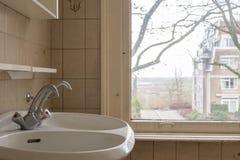 老卫生间水槽在一个老房子里 免版税库存照片
