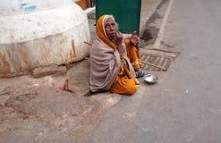 老印地安叫化子在普斯赫卡尔,印度等待在一条街道上的施舍 库存照片