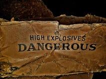 老危险高性能炸药箱子 免版税库存照片
