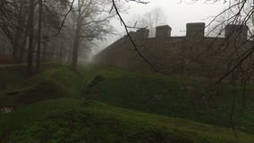老历史古老城堡墙壁和森林在有薄雾的有雾的天 股票录像