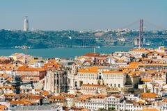 老历史城市和25 de Abril Bridge 4月25日桥梁的街市里斯本地平线鸟瞰图  免版税库存图片