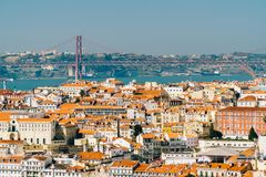老历史城市和25 de Abril Bridge 4月25日桥梁的街市里斯本地平线鸟瞰图  免版税库存照片