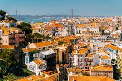 老历史城市和25 de Abril Bridge 4月25日桥梁的街市里斯本地平线鸟瞰图  库存图片
