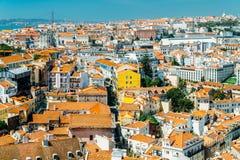 老历史城市和25 de Abril Bridge 4月25日桥梁的街市里斯本地平线鸟瞰图  免版税图库摄影