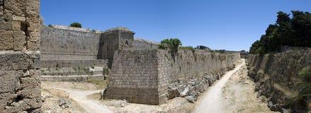 老历史的墙壁全景在希腊海岛Rhodos上的Rhodos镇 免版税库存图片
