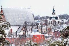 老历史的波尔沃,有木房子和中世纪石头和砖波尔沃大教堂的芬兰在白雪下在冬天 免版税库存图片
