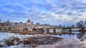 老历史的波尔沃,有木房子和中世纪石头和砖波尔沃大教堂的芬兰蓝色小时日出的 图库摄影