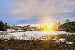 老历史的波尔沃,有木房子和中世纪石头和砖波尔沃大教堂的芬兰蓝色小时日出的 免版税库存照片