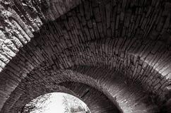 老历史的石桥梁的弧的看法 图库摄影