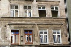 老历史廉价公寓在弗罗茨瓦夫,波兰-12 09 2016年 图库摄影