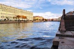 老历史建筑建筑学风景沿Fontanka河的堤防的在圣彼德堡,俄罗斯 库存图片