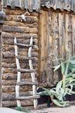 老原木小屋墙壁  免版税库存照片