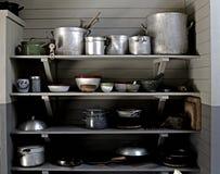 老厨具罐和平底锅 库存照片