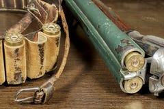 老双筒猎枪开放,在弹药筒箱子旁边 库存图片