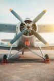 老双翼飞机,在停车场的涡轮螺旋桨发动机航空器 库存照片