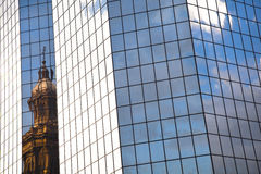 老反对新的大厦在圣地亚哥de智利 免版税库存照片