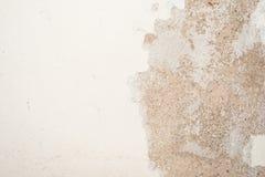 老古色古香的墙壁的纹理是白灰色棕色的,一部分的表面有膏药损坏的层数  免版税库存图片