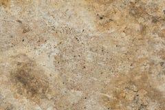 老古色古香的墙壁的表面的纹理从湿气有膏药层数的毁坏的,很多镇压,在墙壁上的水泡 库存照片