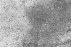 老古色古香的墙壁的表面的纹理从湿气有膏药层数的毁坏的,很多镇压,在墙壁上的水泡 库存图片