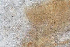 老古色古香的墙壁的表面的纹理从湿气有膏药层数的毁坏的,很多镇压,在墙壁上的水泡 免版税图库摄影