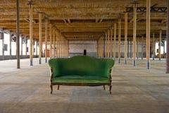 老古色古香的大厦长沙发绿色 库存照片