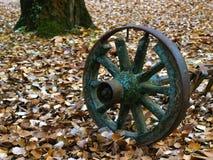 老古色古香的木轮子  免版税库存照片