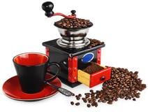 老古色古香的木黑和红色磨咖啡器,杯子,银色spo 库存图片