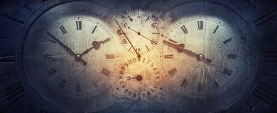 老古色古香的经典时钟的拨号盘在葡萄酒纸背景的 时间,历史,科学,记忆,信息的概念 免版税库存照片
