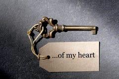 老古色古香的钥匙和一个标签与词 我的您的文本基于的心脏和拷贝空间板岩背景 库存图片