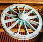 老古色古香的马车车轮作为一个建筑艺术设计元素 免版税库存照片
