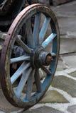 老古色古香的马车车轮由木头和金属制成 免版税库存照片