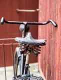 老古色古香的黑人` s自行车 库存图片