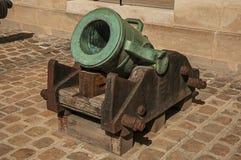 老古铜色大炮特写镜头在荣军院宫殿的内在庭院里在巴黎 库存照片