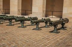 老古铜色大炮特写镜头在荣军院宫殿的内在庭院里在巴黎 免版税库存图片