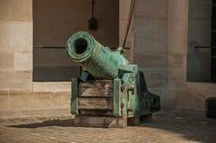 老古铜色大炮特写镜头在荣军院宫殿的内在庭院里在巴黎 库存图片