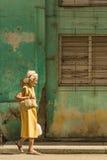 老古巴夫人走的哈瓦那 库存照片
